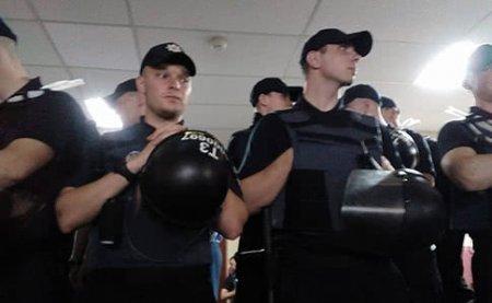 В Киевсовете митинг, мэр Кличко закрыл рот активистке