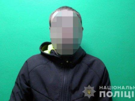 В Киеве преступник прямо на улице ударил человека ножом в грудь